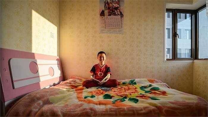 Tài sản quý giá nhất của cậu bé này là cuốn sách do nhà lãnh đạo Kim Jong-un tặng