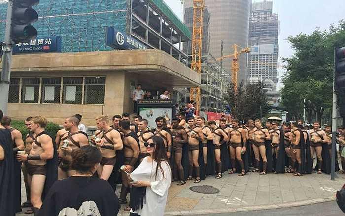 Các 'chiến binh' tràn ra đường phố