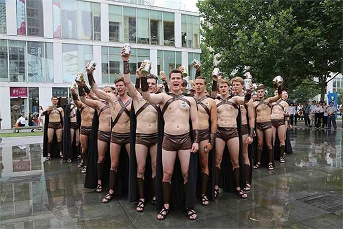 Những người mẫu với thân hình săn chắc vào vai các chiến binh La Mã