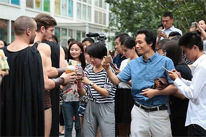 Họ thu hút được sự chú ý của nhiều người đi đường, cả phụ nữ và nam giới