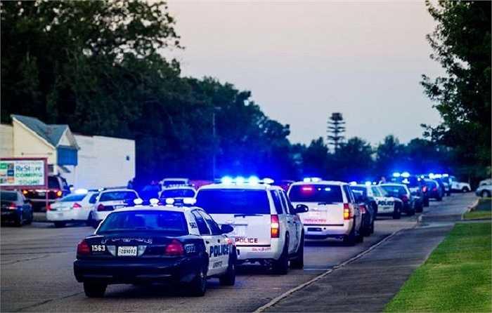 Một nhân chứng cho biết khi bộ phim hài 'Trainwreck' đang chuẩn bị chiếu vào khoảng 19 giờ tối thì một người đàn ông da trắng xuất hiện và nã súng vào những người phía trước