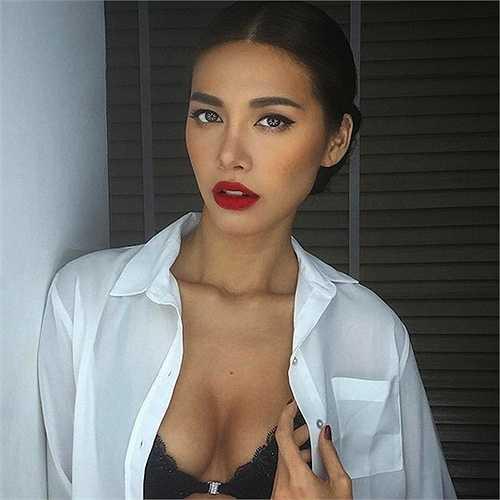 Minh Tú trông càng sexy với đôi môi đỏ rực  (Nguồn: Dân Việt)
