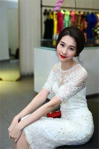 Với vẻ đẹp thánh thiện, trong trẻo cùng gu thời trang kín đáo thanh lịch, cô gái quê Bạc Liêu nhận được nhiều cảm tình từ công chúng