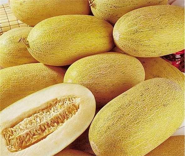 Khách hàng muốn phân biệt dưa vàng Trung Quốc với các giống dưa vàng khác có thể dựa vào một số đặc điểm trên quả. Dưa Trung Quốc thường có đặc đểm trái to, hình bầu dục, nặng trên 3 kg, cùi hơi mềm và ăn rất ngọt.