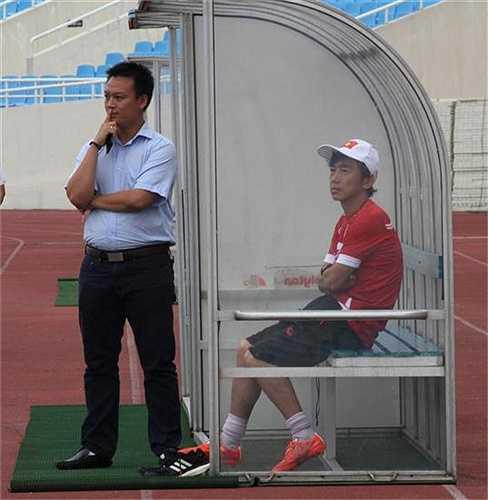 HLV Miura luôn quan sát kĩ các học trò (Ảnh: Hoàng Tùng)