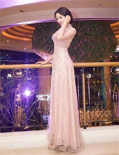 Hoa hậu Việt Nam lộng lẫy, kiêu sa với váy pastel đinh đá lấp lánh