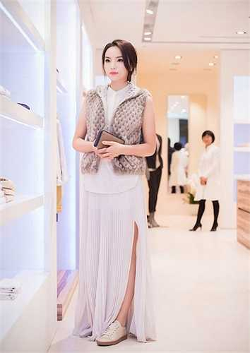 Bộ váy dài xẻ một bên đi cùng áo khoác lông ghi lê này của Kỳ Duyên đánh dấu sự thay đổi mạnh mẽ trong thời trang của cô, cho dù trang phục cũng không được đánh giá cao.