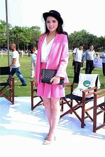 Kỳ Duyên trong một sự kiện ngoài trời quy tụ nhiều ngôi sao của làng giải trí, bộ trang phục màu hồng và phụ kiện đi kèm của cô bị chê