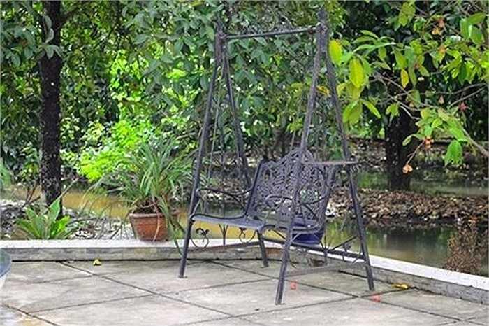 Ngôi nhà nằm nhỏ gọn giữa một không gian vườn tược xanh tốt với nhiều loại hoa và cây ăn trái.