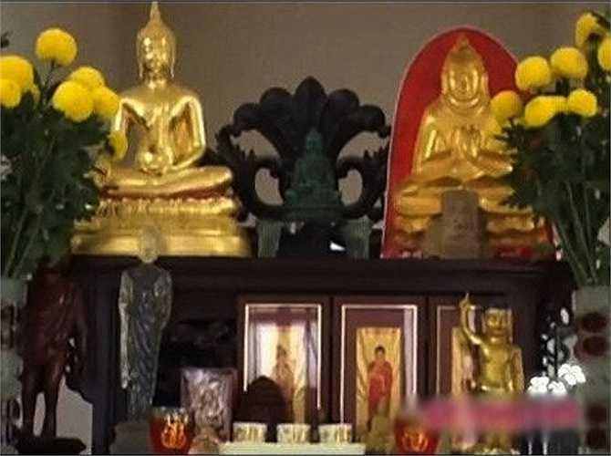 Một khoảng không gian rộng ngay chính giữa phòng khách được Việt Trinh ưu tiên đặt bàn thờ Phật. Trong nhà, Việt Trinh còn có một phòng lớn thờ Phật với vô số tượng quý được mang về từ các nước như Ấn Độ, Thái Lan, Myanmar.  (Trung Ngạn)