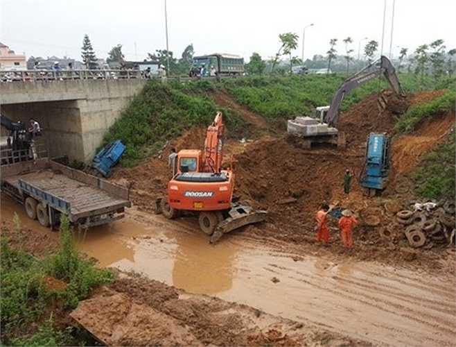 Đường ống nước sạch sông Đà bị vỡ lần đầu tiên vào ngày 4/2/2012, tại Km10+300 trên đại lộ Thăng Long. Sự cố ảnh hưởng đến hàng nghìn hộ dân.