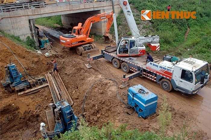 Lần thứ 3, đường ống nước sông Đà bị vỡ vào ngày 21/11/2013 tại Km27+060 đường đại lộ Thăng Long. Hàng trăm công nhân được huy động khắc phục sự cố.