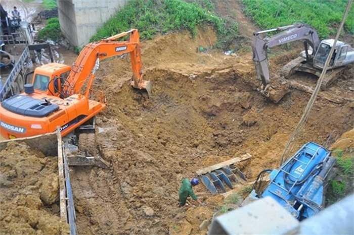 10h ngày 10/7/2014, đường ống nước sạch Sông Đà (Hòa Bình) về Hà Nội lại bị vỡ lần thứ 8. Trong khi HĐND TP.Hà Nội đang có phiên chất vấn về chính tuyến đường ống nước này thì nó lại vỡ. Lập tức, nước sinh hoạt của 70.000 hộ dân phía tây Hà Nội bị ảnh hưởng.