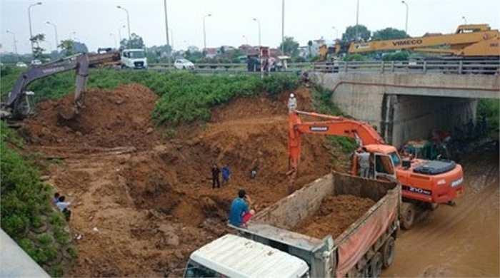 Tại Km15 trên Đại lộ Thăng Long, vào 4h sáng 12/7/2014 lại vỡ đường ống nước lần thứ 9. Chỉ cách lần thứ 8 hai ngày.