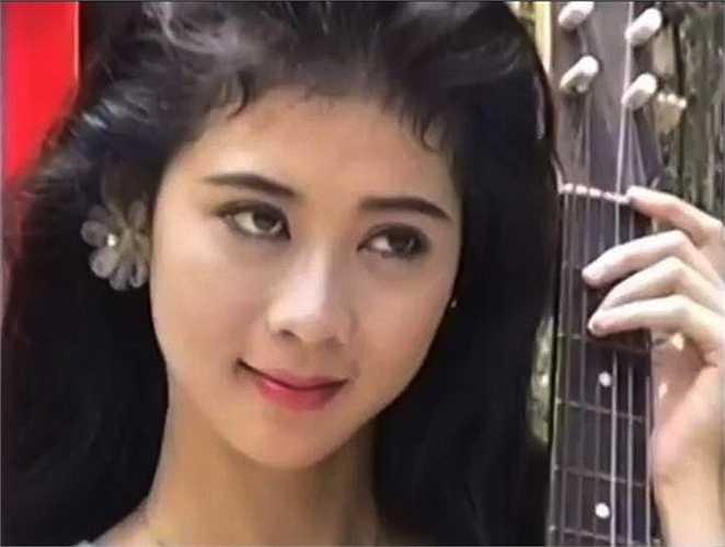Diễm Hương được mệnh danh là ngọc nữ màn ảnh Việt thập niên 1990 nhờ vẻ ngoài nữ tính, dịu dàng hiếm ai sánh kịp.