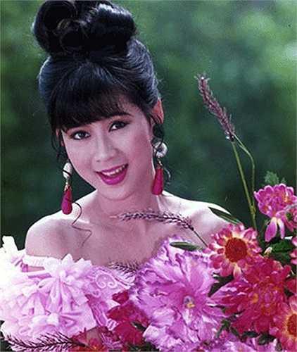 Vẻ đẹp hiếm có của Diễm Hương khi đó đã giúp cô ngôi sao sáng giá của dòng phim 'mỳ ăn liền' và được ví như nàng 'Tiểu Long Nữ' của điện ảnh Việt.