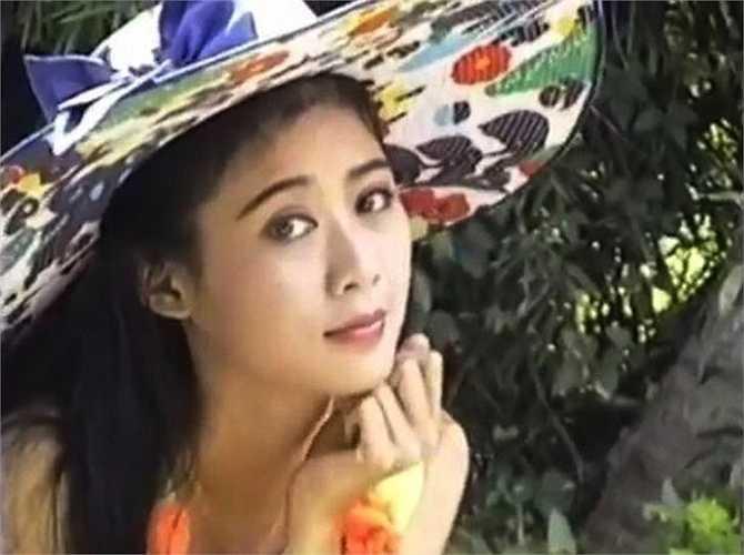 Mới đây, nhiều người đã 'khai quật' được hình ảnh hậu trường hiếm có của Diễm Hương trong một buổi chụp ảnh.