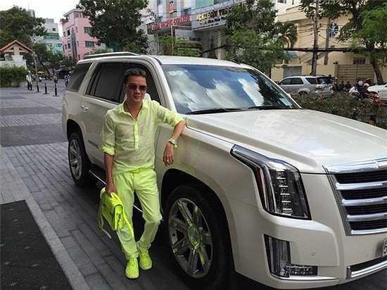 So dáng cạnh chiếc xe Cadillac trị giá 5,5 tỷ đồng nhưng thời trang của Mr.Đàm nổi bật hơn gấp bội phần với nguyên một màu xanh nõn chuối phủ từ đầu đến chân. Một số ngưỡng mộ về khả năng sưu tập những món đồ cùng màu của anh, số còn lại được dịp so sánh bộ cánh thú vị này với cây bút... dạ quang.
