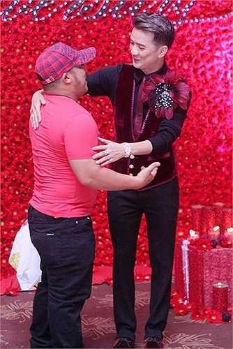 Mr.Đàm là người yêu cái đẹp, biết thưởng thức cái đẹp từ hoa. Thế nên hoa cài cắm trên áo anh cũng phải 'khổng lồ' hơn bình thường.