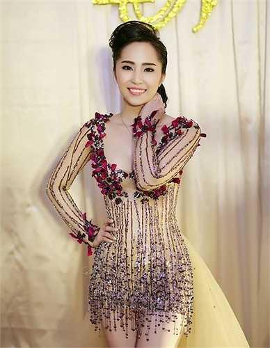Quỳnh Nga trước khi lấy chồng yêu chiều những trang phục xuyên thấu.