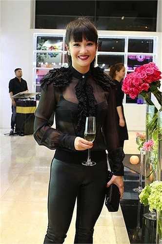 Hồng Nhung cũng không thua kém những đàn em trong khoản ăn mặc bạo dạn.