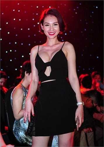 Sau khi ly dị, Quỳnh Chi bạo dạn hơn trong cách ăn vận.