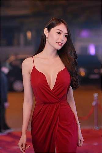 Từ khi 'nâng cấp' vòng một, Linh Chi hiếm khi ăn mặc kín đáo.