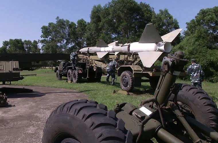 Học viên sĩ quan phòng không Việt Nam thực hành đưa đạn tên lửa SA-2 từ xe chở vào bệ phóng.