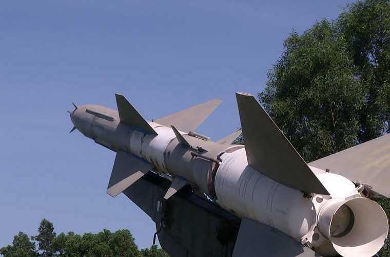 Tên lửa SA-2 đã được cố định chắc chắn trên bệ phóng, sẵn sàng bay lên tiêu diệt các mục tiêu bay trên không.