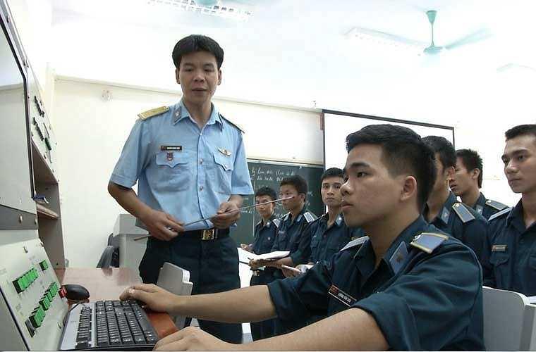 Các học viên sĩ quan chăm chú nghi chép và thực hành trực tiếp trên thiết bị.
