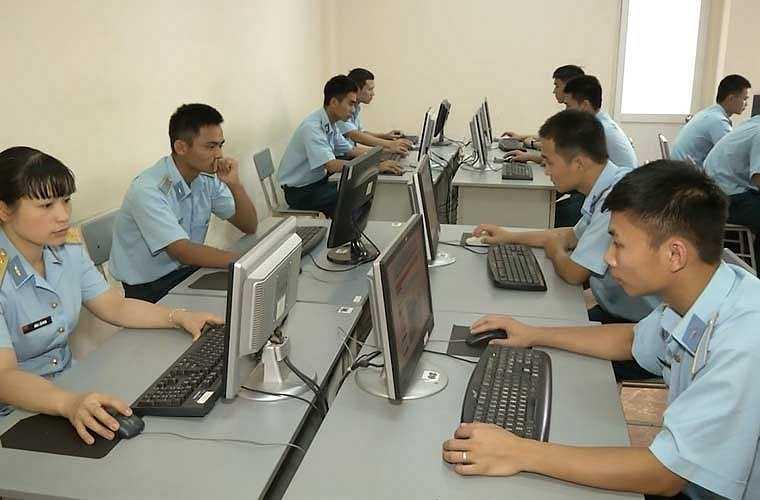 Học viên tra cứu tài liệu tại thư viện điện tử, tìm kiếm thông tin về các loại khí tài phòng không thế hệ mới.