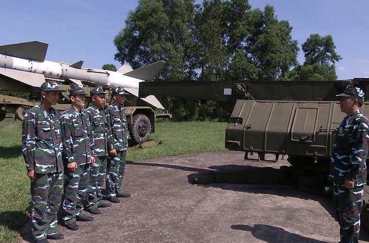 Các học viên sĩ quan phòng không được thực hành trên các loại khí tài tên lửa đất đối không từ đơn giản cho đến hiện đại.