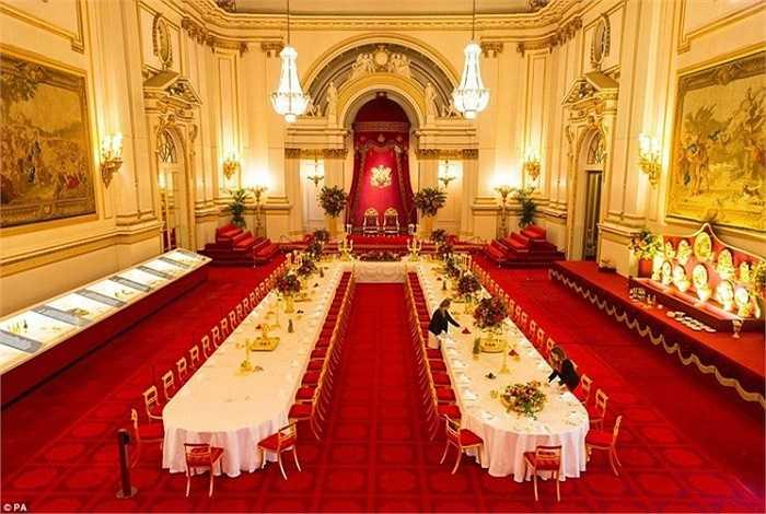Các đồ nội thất, vật dụng tại phòng tiệc hoàng gia bên trong cung điện Buckingham đều mang vẻ xa hoa, lộng lẫy. Mỗi bữa tiệc hoàng gia đều mất 10 ngày để chuẩn bị.