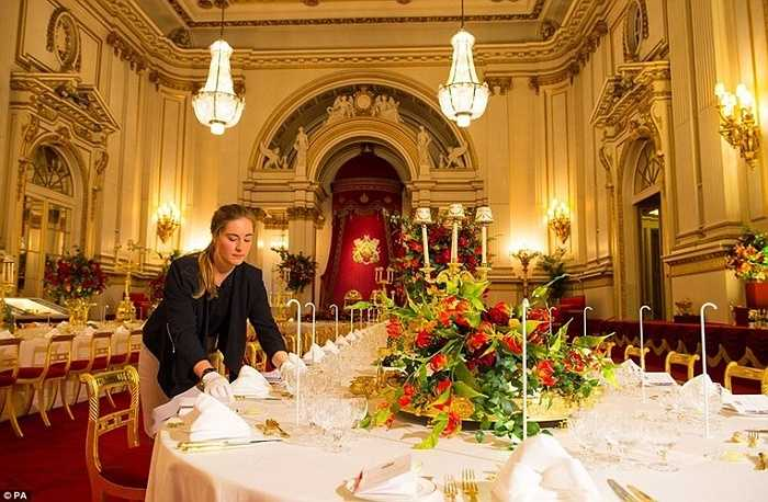 Để có được một bữa tiệc hoàn chỉnh, ngoài thực phẩm, hoa, trái cây, rượu… còn có những vật dụng cầu kì và đội ngũ phục vụ. Có 76 nhân viên phục vụ trực tiếp từ quản gia cho tới các nhân viên phục vụ sắp xếp các món ăn sao cho đẹp mắt và ngon miệng nhất.
