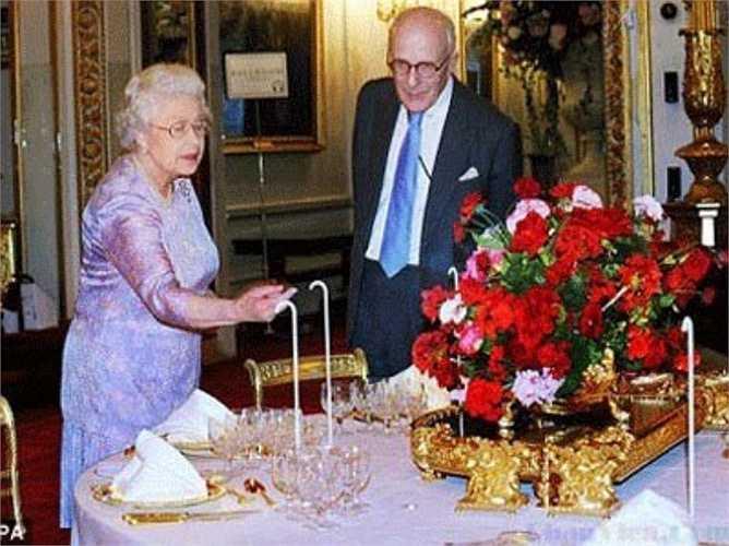 Bàn tiệc được thiết kế với màu đỏ của hoa hồng – đây là một truyền thống có từ thời vua George Đệ tứ. Hơn 100 chân nến bằng ngà voi được sử dụng trên bàn tiệc.