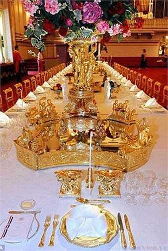 Phòng tiệc có chiếc ghế bằng vàng dành cho Nữ hoàng Anh và hoàng tử Philip dù cả hai đều không ngồi ở đây.