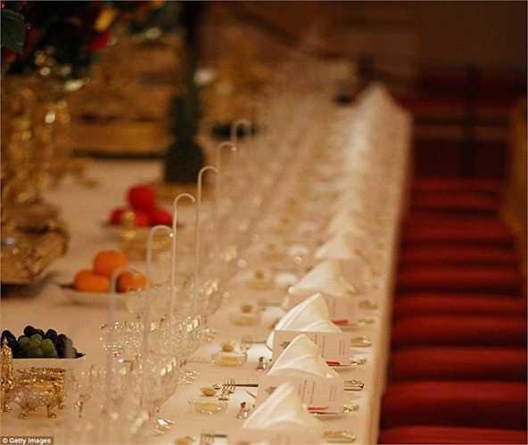 Có tới 6 chiếc cốc bằng pha lê dành cho mỗi thực khách gồm: cốc rượu vang đỏ, vang trắng, rượu vang đỏ Bồ Đào Nha, nước, vang khai vị và vang tráng miệng. 1.014 chính là số ly được sử dụng trong bữa tiệc đăng quang ngôi vị của Nữ hoàng vào năm 1953. Ngoài ra, bàn tiệc còn có tới 1.700 bộ dao kéo cho các vị khách.