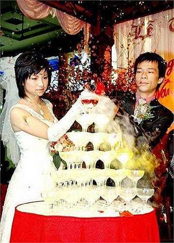Cuộc sống hôn nhân của anh cũng vậy. Tường Văn kết hôn với vợ không làm nghệ thuật vào năm 2009. Anh chia sẻ rằng anh thấy an toàn khi không lấy vợ nghệ sĩ: 'Tỉ lệ sống sót các mối tình trong nghề không nhiều, nếu không nói rất ít'.