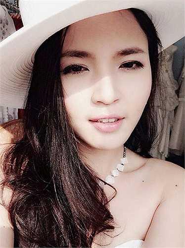 Lam Trang sinh năm 1987, tốt nghiệp khoa Thanh nhạc của Học viện Âm nhạc Quốc gia Việt Nam. Cô là đồng môn của ca sỹ, nhạc sỹ Khắc Việt và từng vào top 6 Vietnam Idol năm 2010.