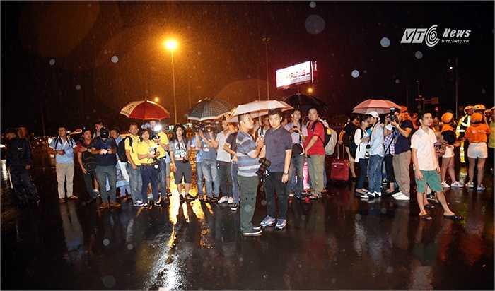Fan Man City và phóng viên đội mưa chờ Man City. (Ảnh: Phạm Thành)