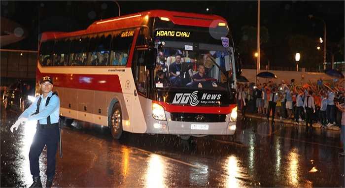Giây phút xe chở Man City rời Nội Bài. (Ảnh: Phạm Thành)