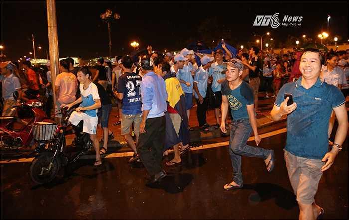 Cổ động viên Man City vui vẻ khi thần tượng đến Việt Nam. (Ảnh: Phạm Thành)