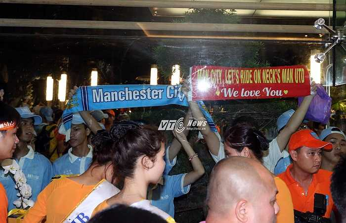 Fan Man City ở Việt Nam chắc muốn nhắn gửi các thần tượng hãy 'đè đầu cưỡi cổ' Man Utd. Nhưng dường như câu khẩu hiệu trên băng rôn không được đúng chính tả cho lắm. (Ảnh: Phạm Thành)
