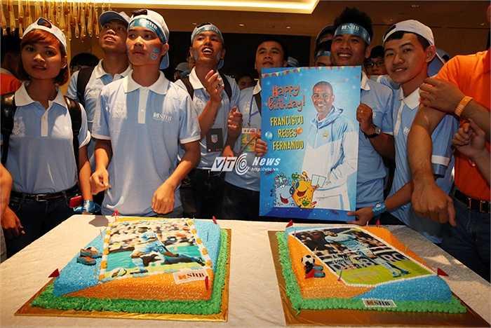 Những fan may mắn được tổ chức sinh nhật cho Fernando và Clichy. (Ảnh: Phạm Thành)