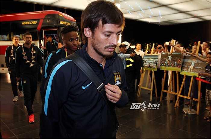 David Silva và đồng đội khá mệt mỏi sau chuyến bay dài 11 tiếng từ Úc sang Việt Nam. (Ảnh: Phạm Thành)
