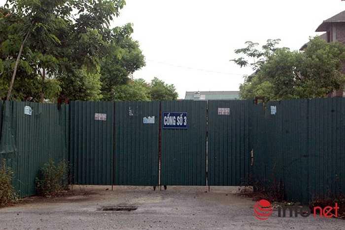 Lối vào khu biệt thự cửa luôn đóng.