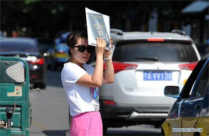 Còn những người buộc phải ra đường thì tự tìm cách chống nắng nóng cho bản thân