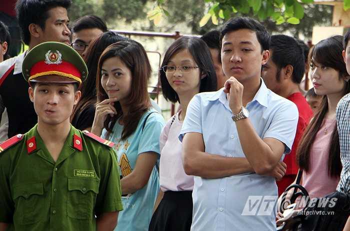 Những nữ sinh ĐH Ngoại ngữ Quốc gia đứng chờ đợi cầu thủ Man City tới giao lưu. (Ảnh: Hà Thành)