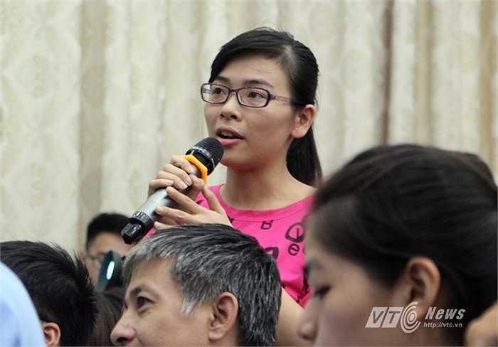 Một nữ sinh đặt câu hỏi cho trung vệ Sagna. (Ảnh: Hà Thành)