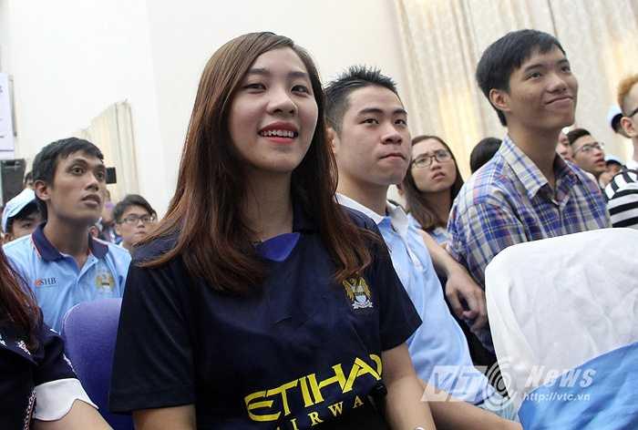 Fan nữ của Hội CĐV Man City có mặt trong hội trường. (Ảnh: Hà Thành)